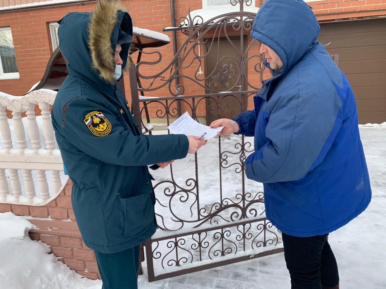 Свердловские спасатели продолжают обучать мерам пожарной безопасности жителей частных секторов
